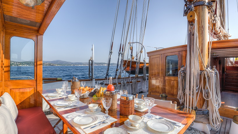 open dining area on a deck on S/Y TRINAKRIA