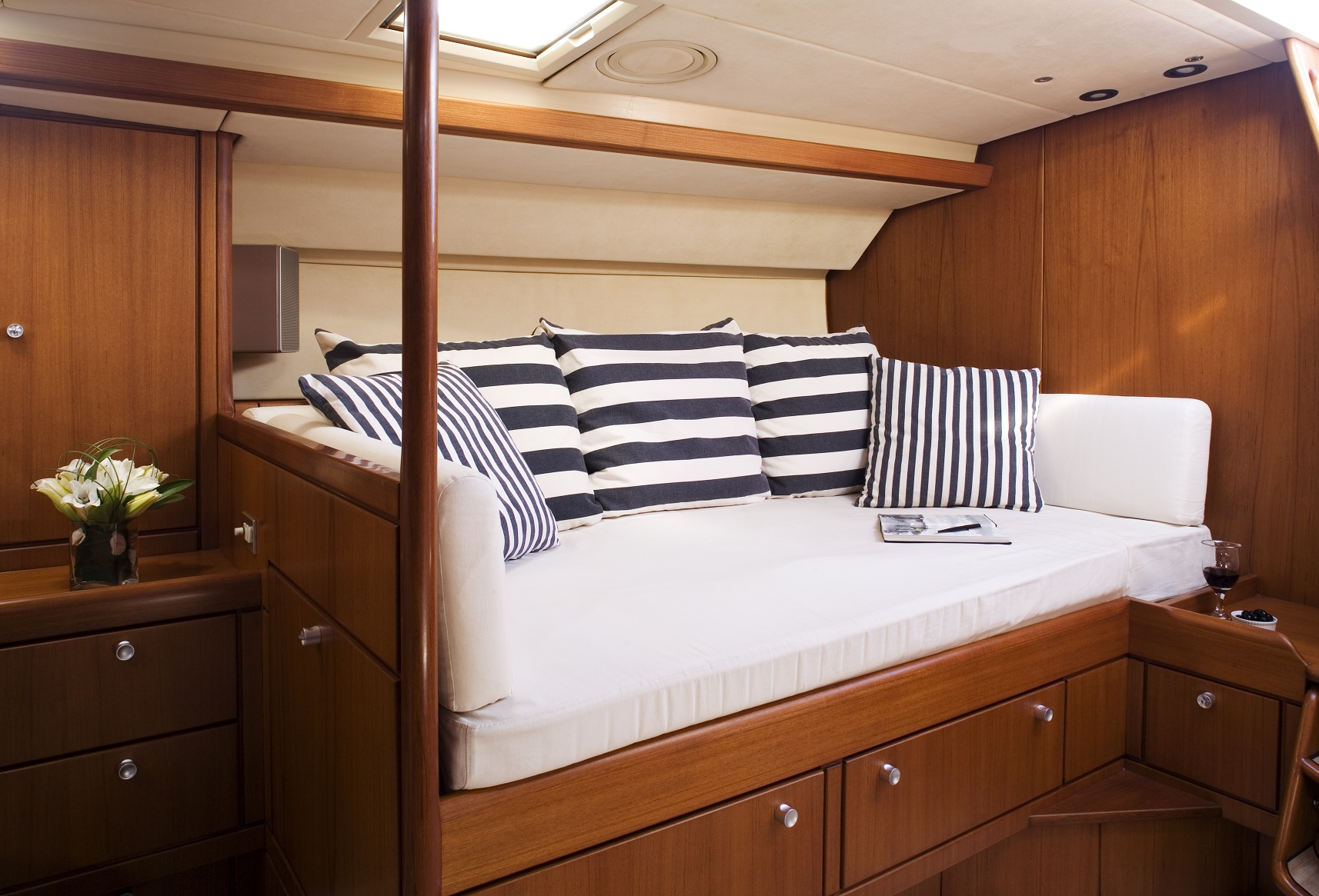 S/Y CYCLOS II yacht for charter lounge area