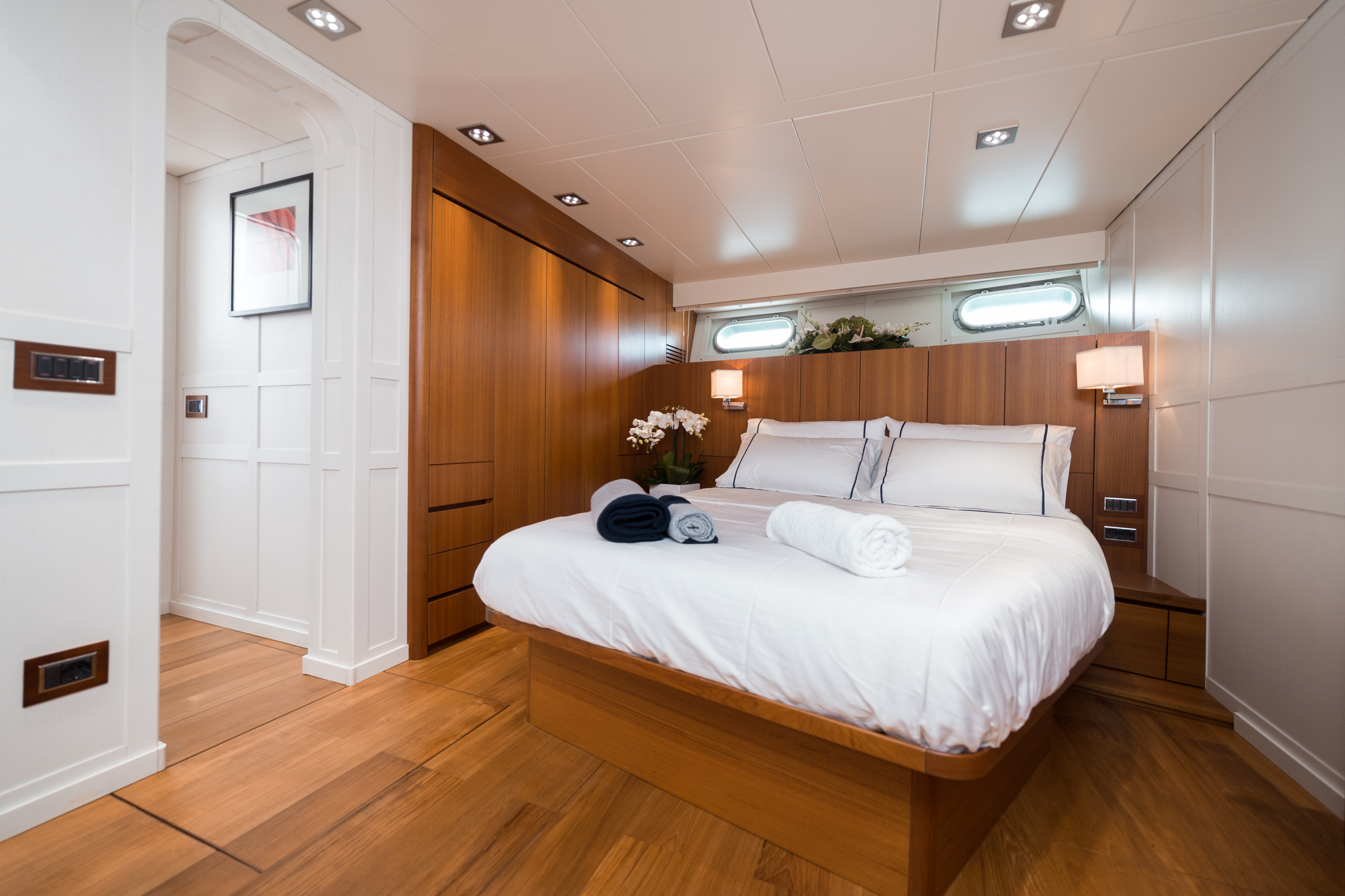 M/Y PAOLUCCI yacht for charter master bedroom
