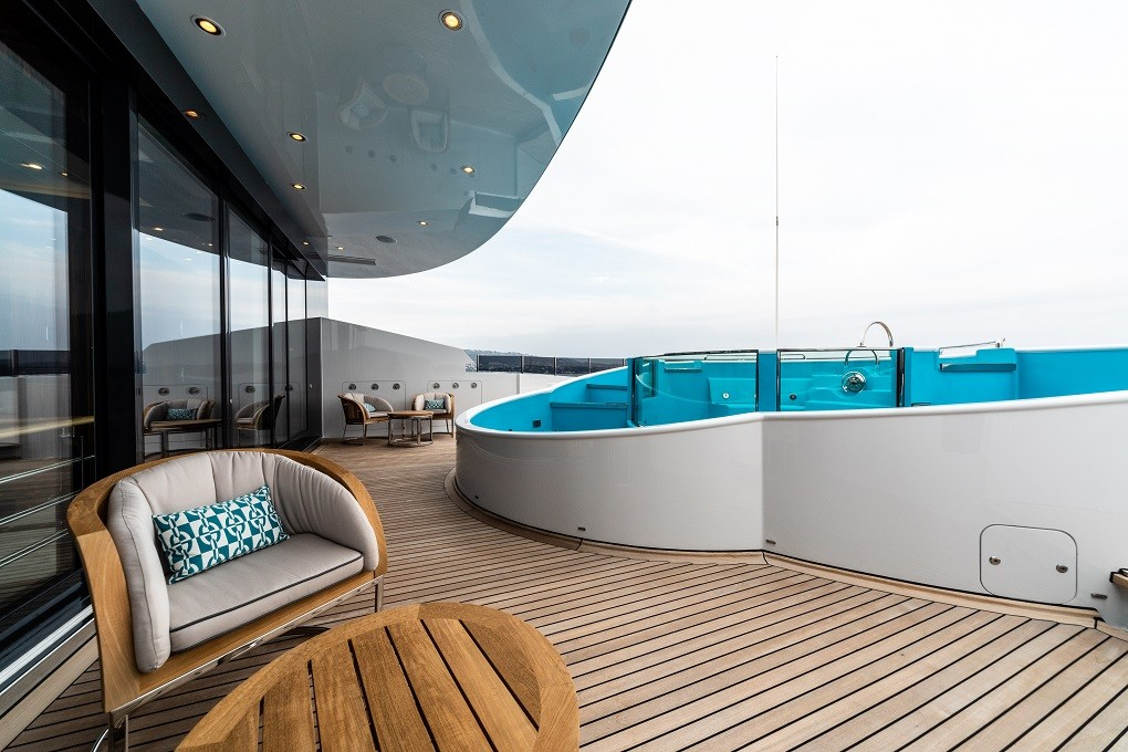M/Y LUNA B yacht for charter swimming area