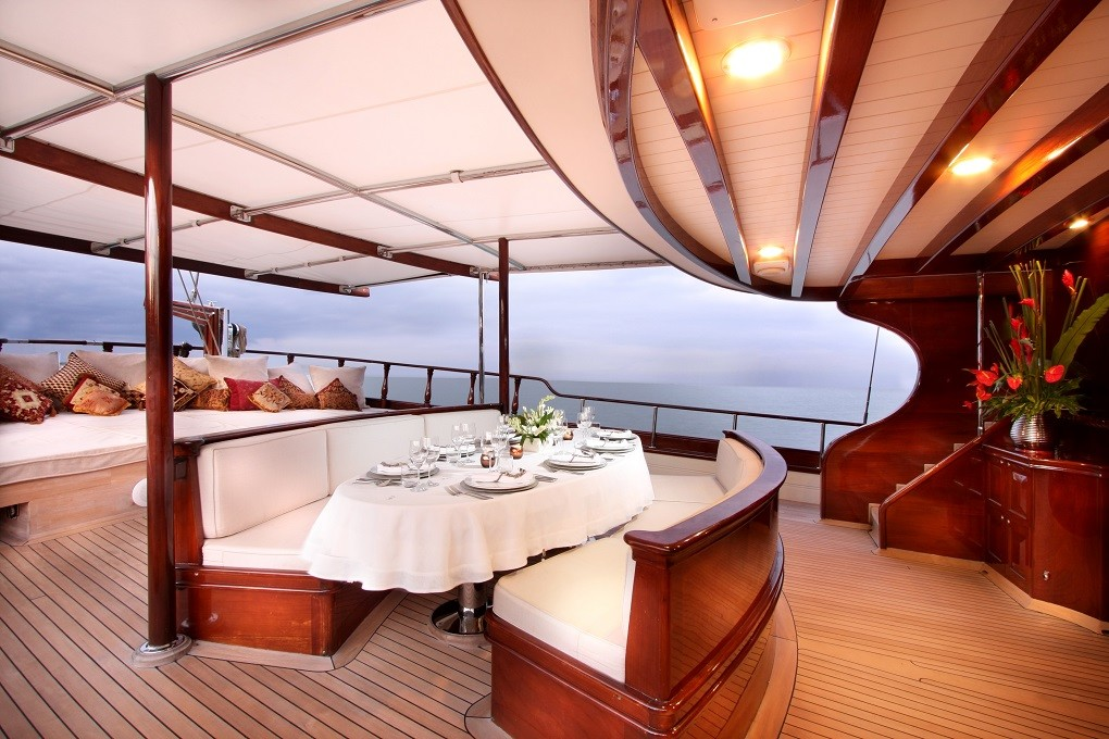 S/Y RIANA Yacht for Charter outdoor dining