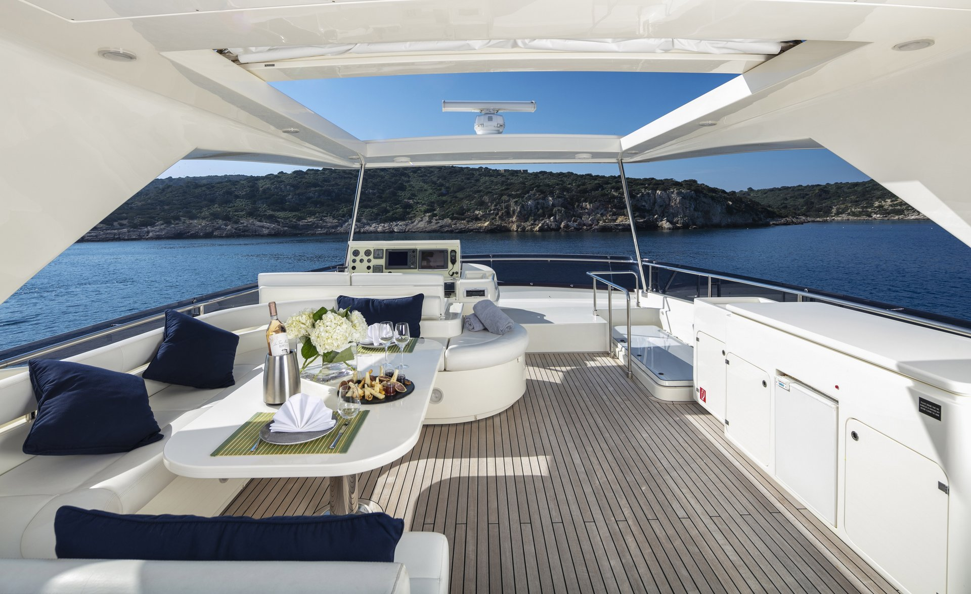 m/y astarte yacht for charter deck dining