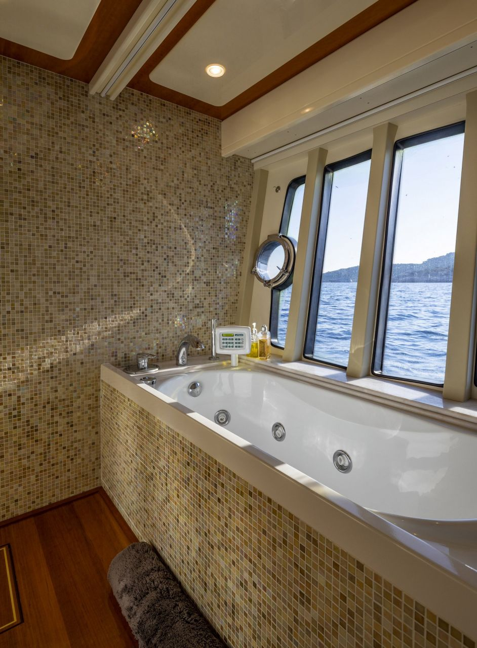 m/y astarte yacht for charter bathtub