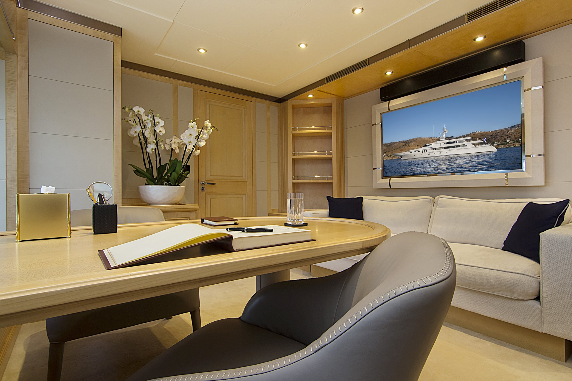 m/y invader yacht for charter desk