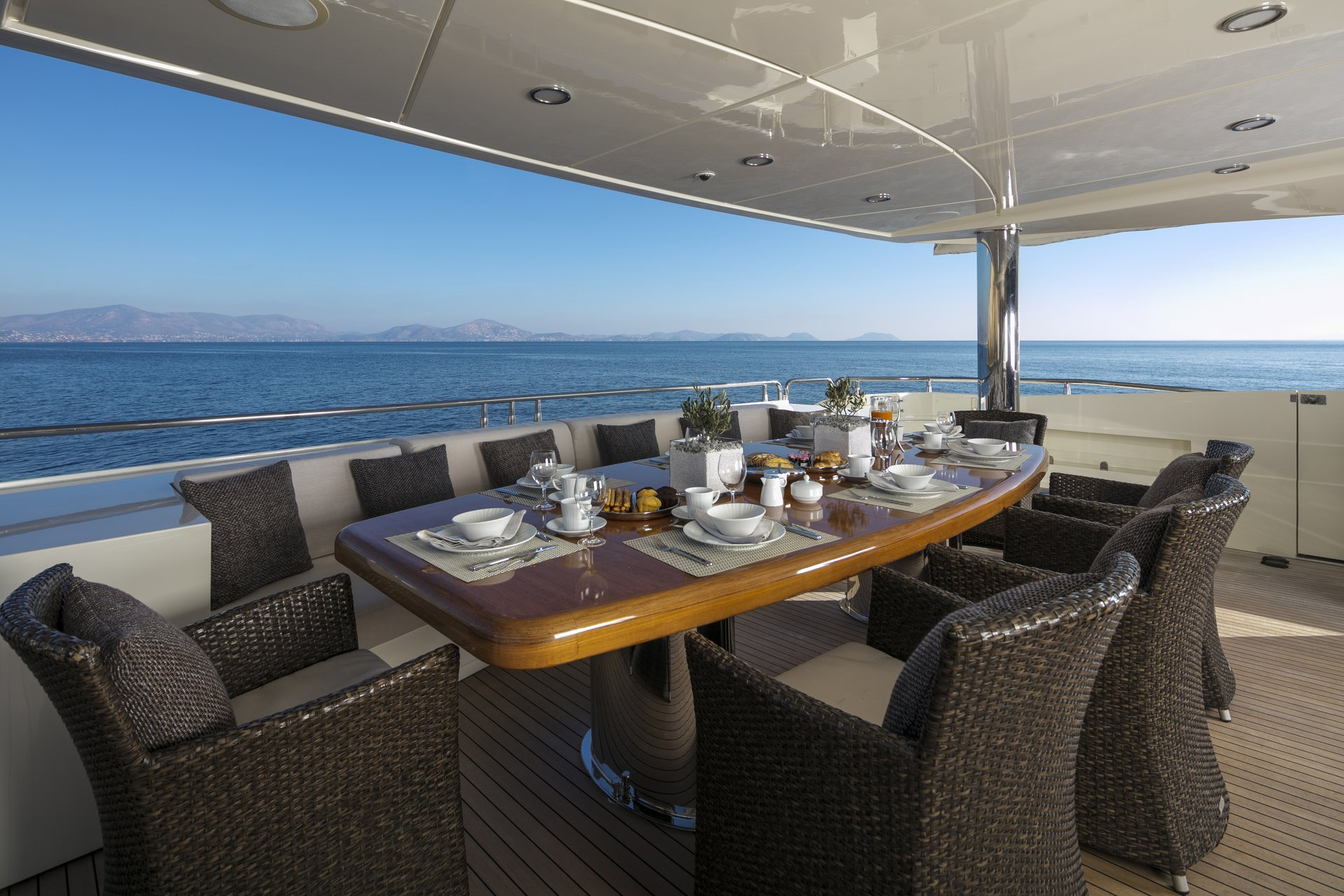 M/Y RINI V yacht for charter alfresco dining