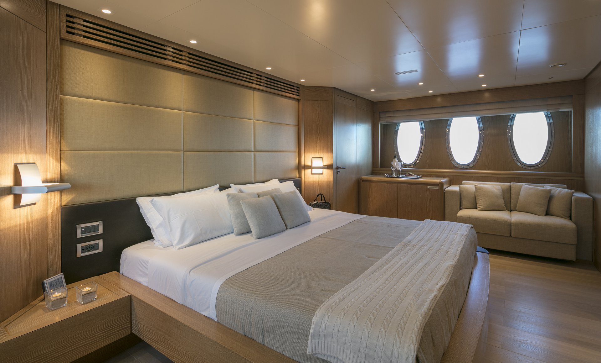 M/Y RINI V yacht for charter master suite bed