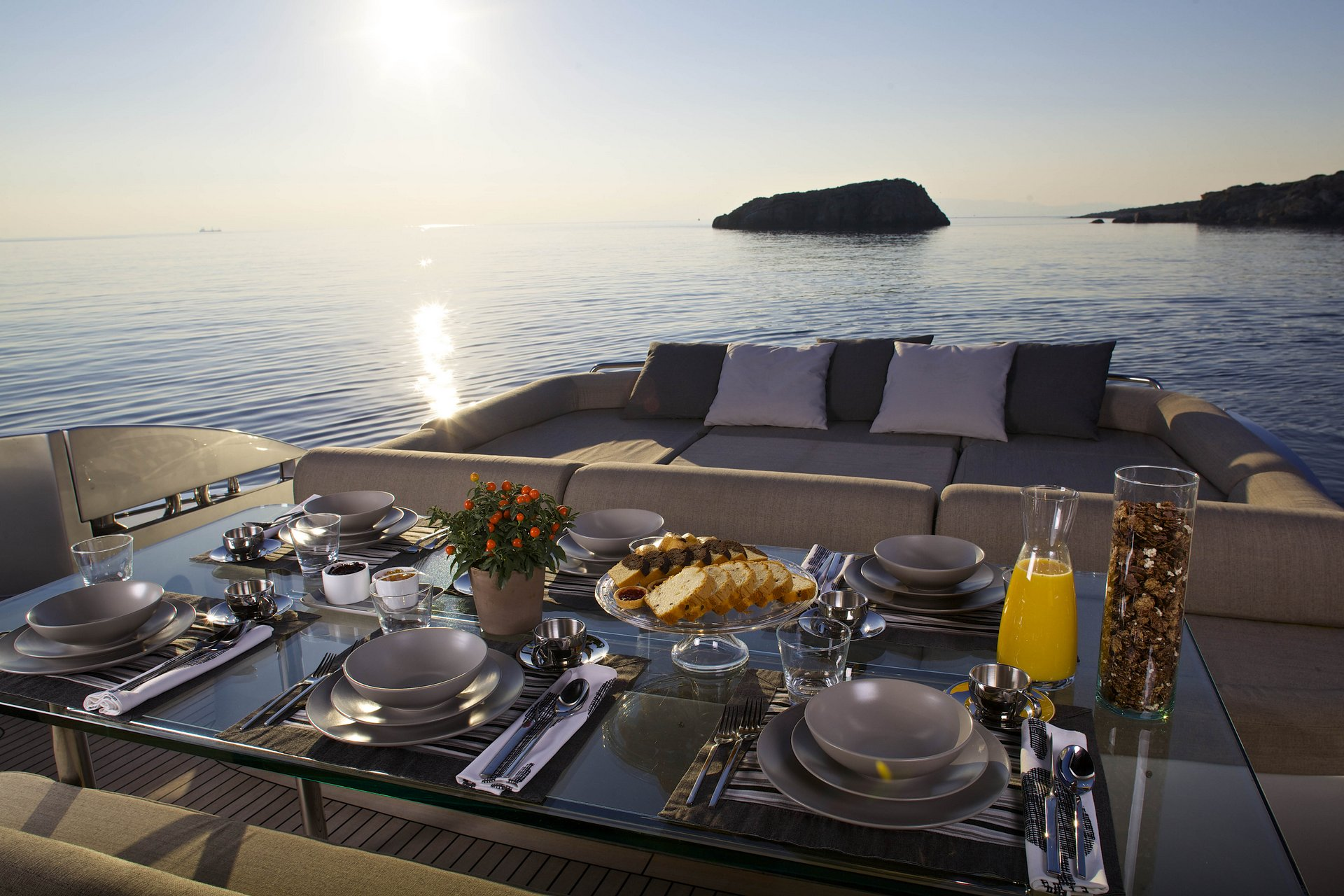 M/Y SOLARIS yacht for charter alfresco breakfast