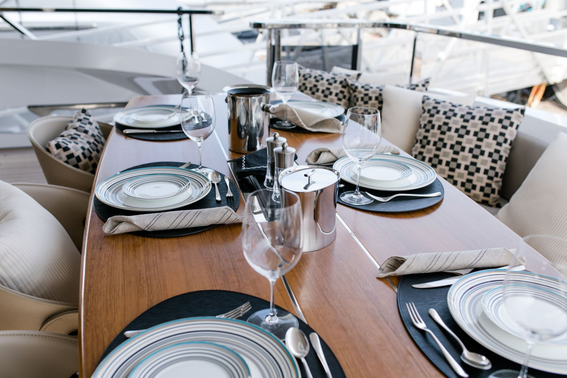 M/Y HANAA yacht for charter aft table