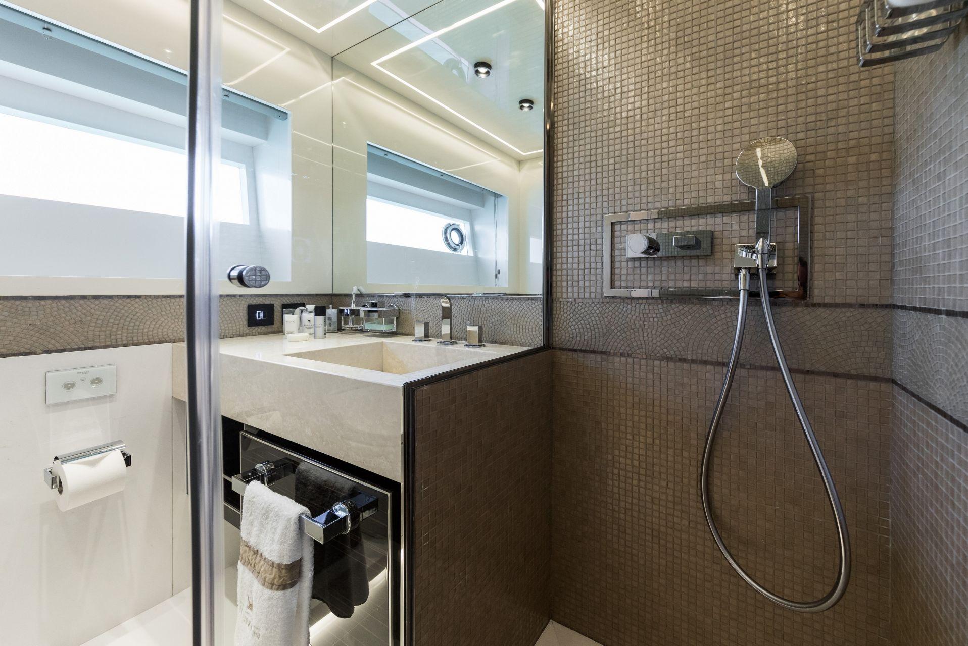 M/Y HANAA yacht for charter double bathroom