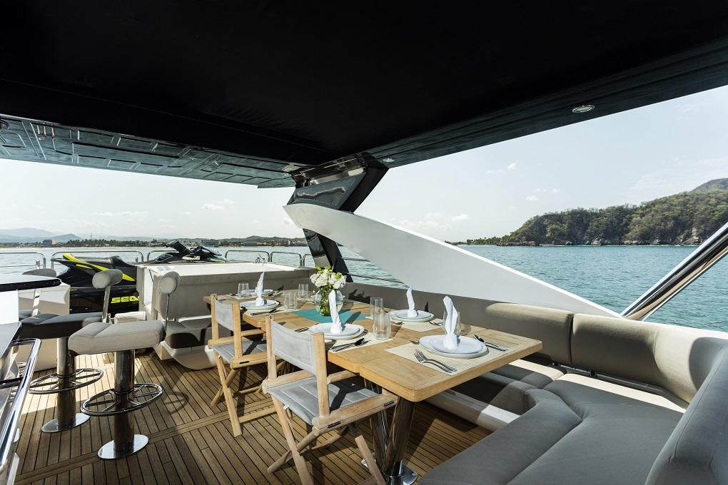 m/y kukureka yacht for charter alfresco dining