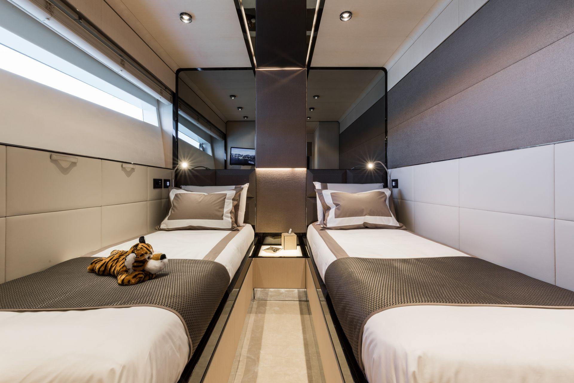 M/Y HANAA yacht for charter twin cabin