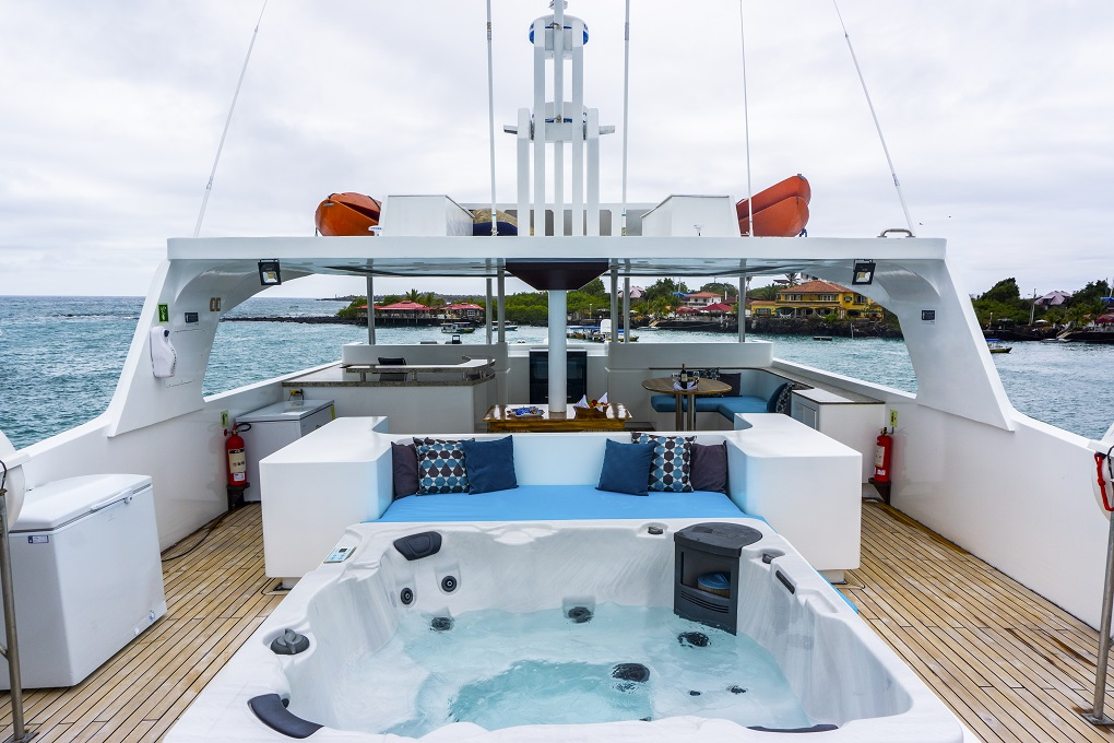 m/y grand majestic yacht for charter sundeck