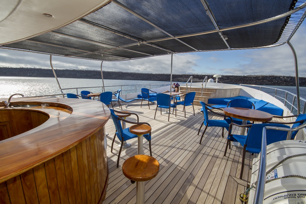 m/y integrity yacht for charter alfresco dining