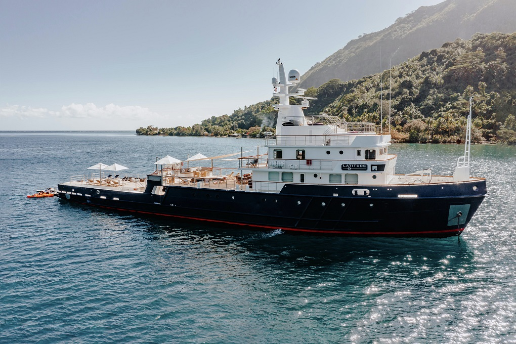 Profile view of M/Y LATITUDE yacht for charter